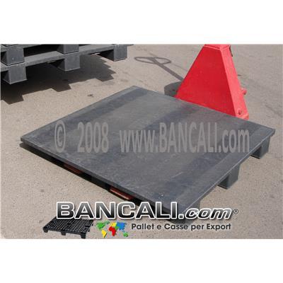 Pallet Plastica Leggermente Gommoso 115x115 cm. Quadrato Sovrapponibile con Pianale Superficie Chiusa e Ruvida;  h.135 mm con 3 Slitte; Peso 24, 5 Kg.